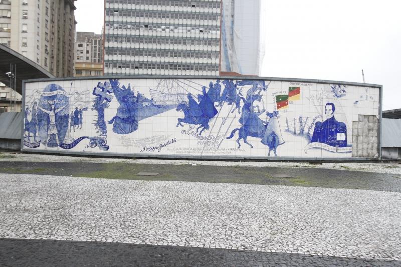 Obra criada por Danúbio pode ser vista no exterior da Estação Mercado da Trensurb em Porto Alegre