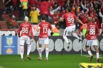 Inter bate o Flamengo, é beneficiado por derrota do São Paulo e assume a ponta