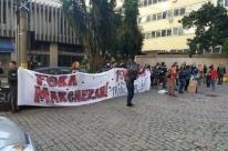 Municipários protestam e pedem diálogo em frente à casa do secretário de Educação