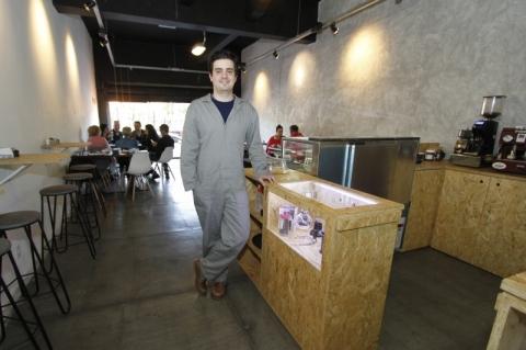 Café em Porto Alegre se inspira no universo da construção e equipe trabalha até de macacão