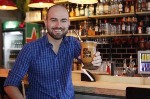Bar de Porto Alegre faz releitura do drink Moscow Mule para servir em cuia de chimarrão