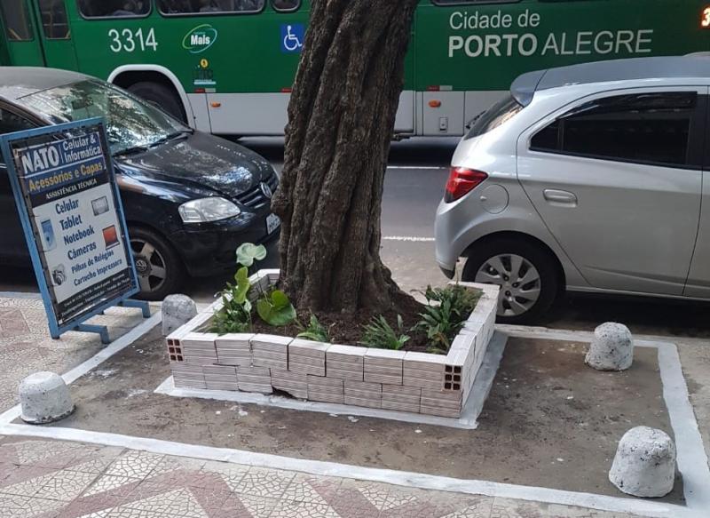 Canteiro foi construído ao redor de árvore no Viaduto Otávio Rocha onde pavimento estava solto