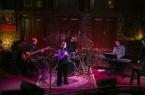 Guiada pela música, Glória Iriart celebra 50 anos de carreira com show em Porto Alegre