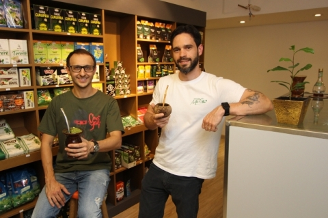 Domingos Ferraro e Guilherme Schaurich abriram a Mercearia do Mate