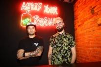 Bar de Porto Alegre inova ao misturar luzes neon e arcades