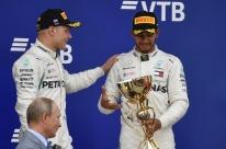 Com polêmica da Mercedes, Hamilton vence GP da Rússia e dispara na liderança