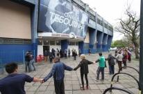 Idosos protestam contra retirada de professores de atividades esportivas em Porto Alegre