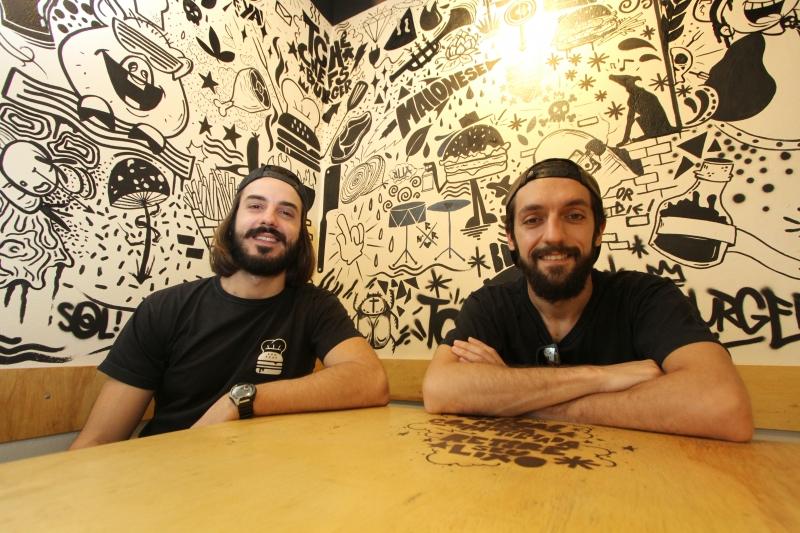 Vinicius e Felipe fazem de tudo na Tchê Chefs Burger: da administração e produção à limpeza