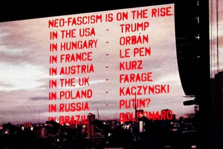 Telão do show mostrou locais onde neo-fascismo estaria em ascensão e cita o Brasil