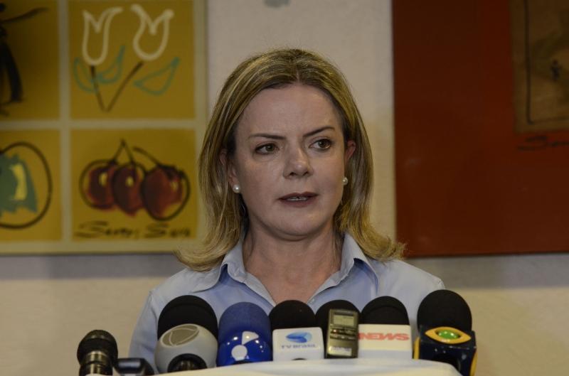 Viagens e hospedagens de membros dos membros do partidos serão suspensa, diz Gleisi Hoffmann