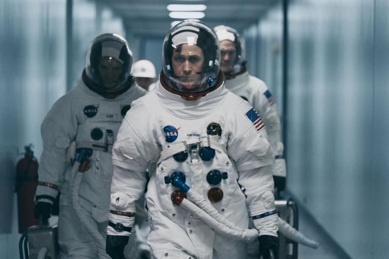 Ryan Rosling interpreta o astronauta Neil Armstrong, primeiro a pisar na Lua