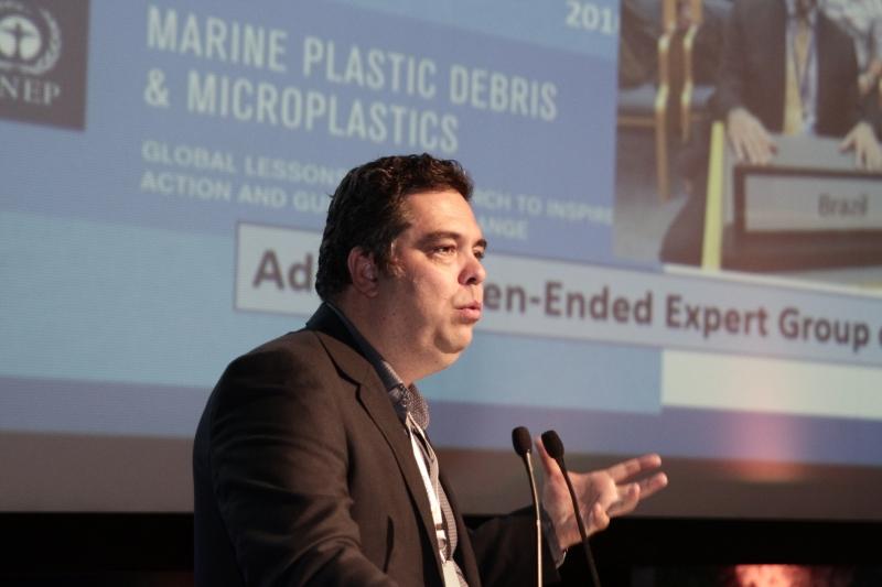 Biólogo Alexander Turra é referência em pesquisas sobre lixo no mar