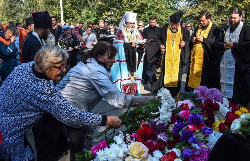 Moradores da cidade de Kerch deixaram flores emum memorial