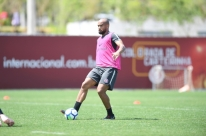 Moledo celebra volta ao Inter após mais de um mês e pede atenção contra o Santos