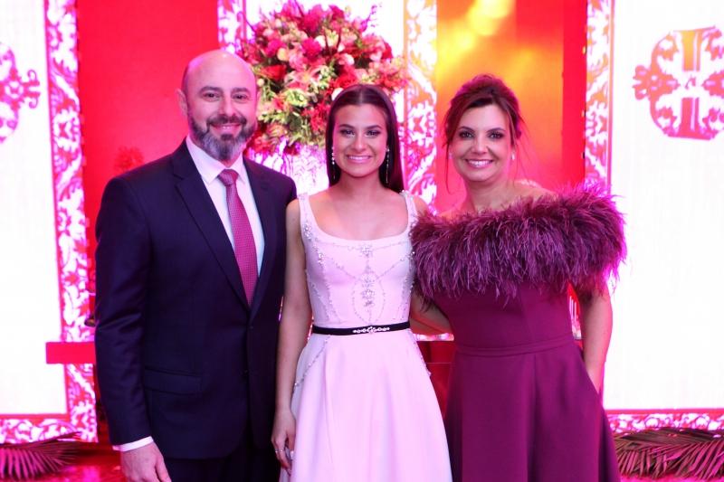 Isabela Pacheco Pires entre seus pais, Nelson e Adriana Pires