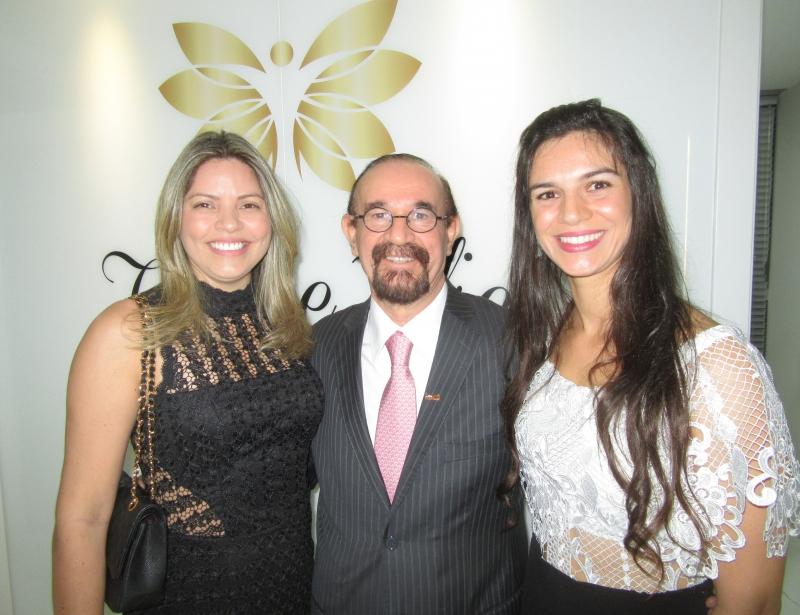 Vania Bitencourt e Cezar Roberto Bitencourt com Shanna Bitencourt, diretora da clínica