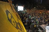 Festa de eleitores de Jair Bolsonaro lota avenida Goethe, em Porto Alegre
