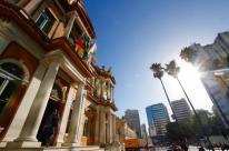 Prefeitura deposita R$ 1,7 mil e paga menos de um quarto dos servidores nesta quarta