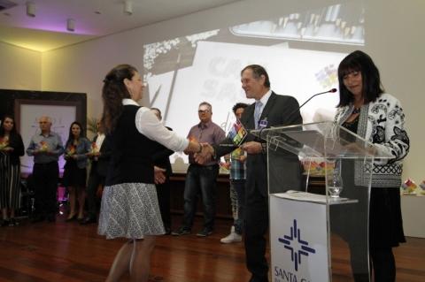 Jornal do Comércio recebe troféu por apoio à Santa Casa
