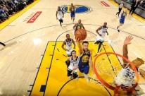 Warriors sofre, mas brilha no fim e derrota Timberwolves na NBA