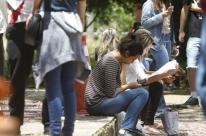 Quase metade dos jovens brasileiros apenas estuda