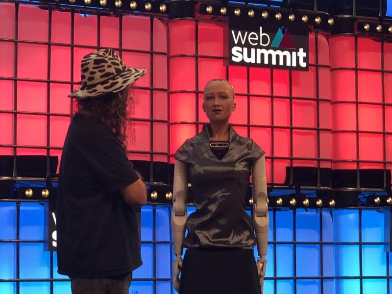 Chefe da Hanson Robotics, Ben Goertzel provoca Sophia no palco