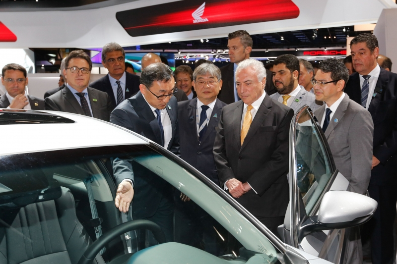 Michel Temer assinou decreto durante visita ao Salão do Automóvel