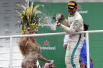 Hamilton aproveita incidente  com Verstappen e vence no Brasil