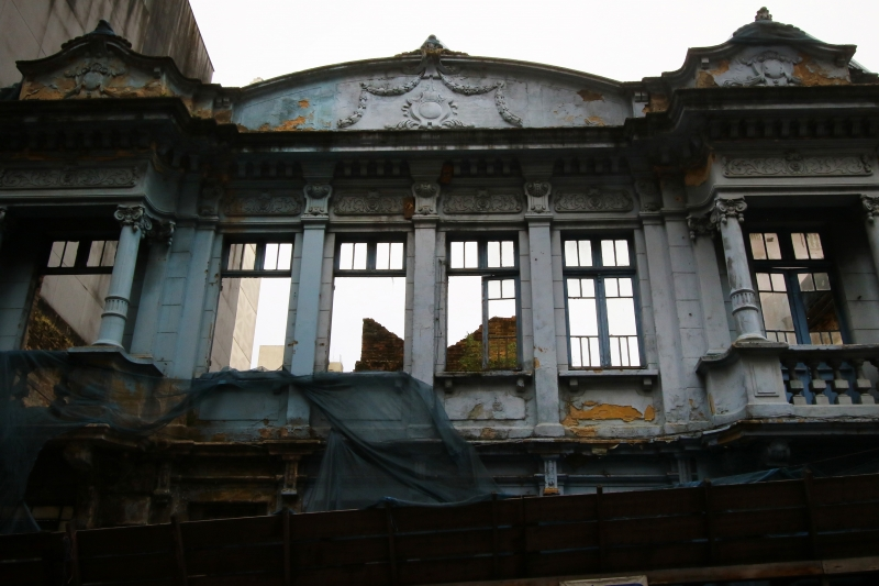 Prédios como o da Riachuelo estão em bom estado; outros, como Casa Azul, caem aos pedaços