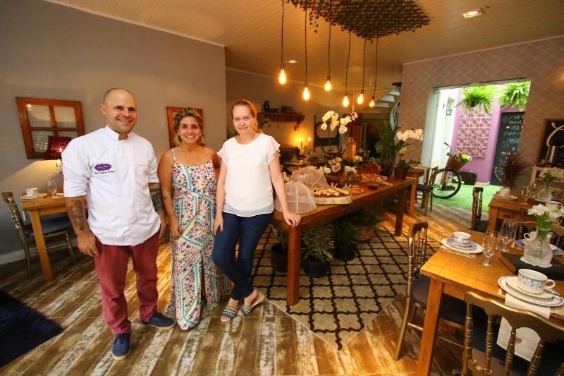 Patrick Vargas, Fabi Vanoni e Fernanda Nickkel estão à frente do local, que é uma extensão do negócio que já funcionava no bairro Mon't Serrat