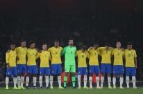 Seleção Brasileira homenageia Aldyr Schlee antes do jogo contra o Uruguai