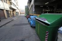 Contêineres verdes recebem resíduos recicláveis em Porto Alegre