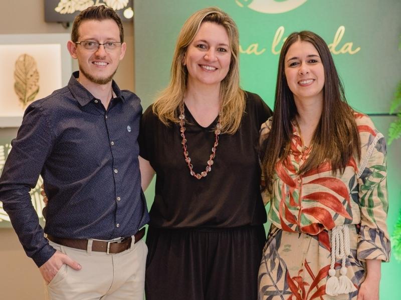 Tiago Zanella, Ana Paula Ártico e Deborah Garrett inauguraram a primeira loja da Forma Líquida, no Iguatemi Caxias do Sul