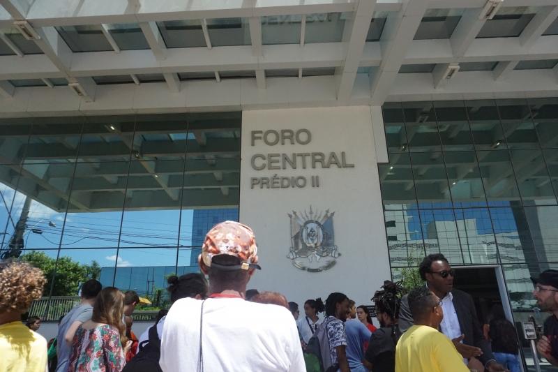 Grupos ligados aos direitos humanos e às famílias fizeram ato no fórum em apoio ao quilombo