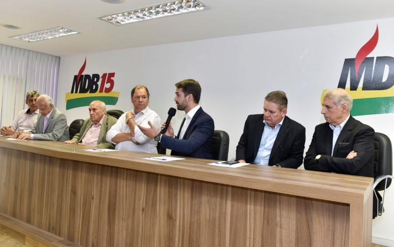 Governador eleito, Eduardo Leite (c), convidou emedebistas a participarem da sua administração