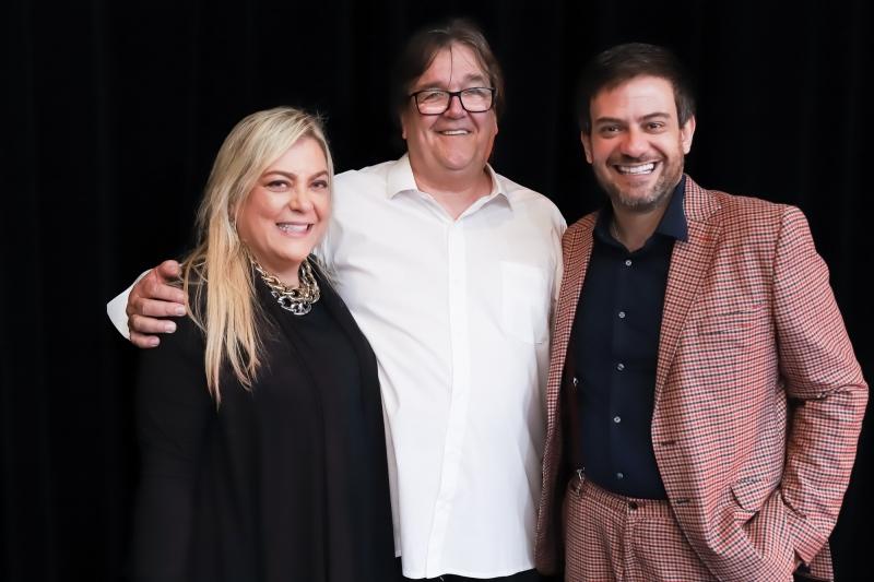 Frederico Pletsch entre os jornalistas Heloisa Tolipan e Bruno Astuto