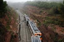 Trem com 150 passageiros descarrila em Barcelona e deixa um morto