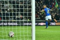 Richarlison marca e garante vitória do Brasil na Inglaterra