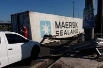 Container deixado em faixa da BR 290 bloqueia trânsito no acesso a Porto Alegre