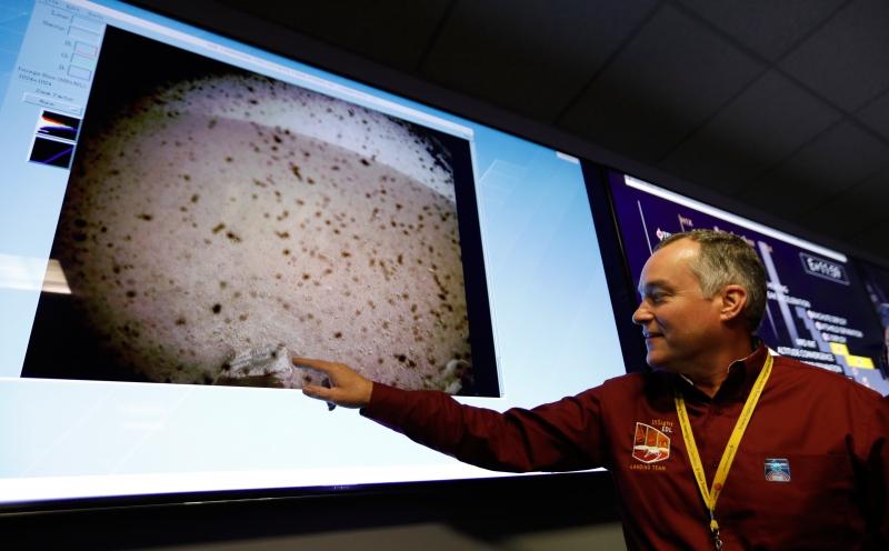 O engenheiro Tom Hoffman apresenta a primeira imagem da sonda InSight no solo de Marte
