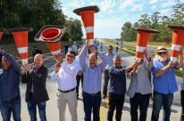 Sartori e equipe 'erguem cones' para marcar entrega de viaduto em Gravataí