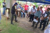 Participantes de Dia de Campo aprendem sobre criação de abelhas com e sem ferrão