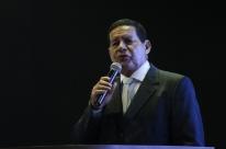 'É um problema do Flávio; ele vai resolver isso aí', diz Mourão