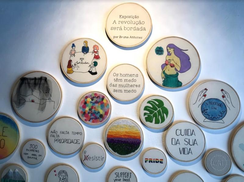 Mostra exibe peças recentes e obras de acervo produzidas usando bordado e aquarela em tecido