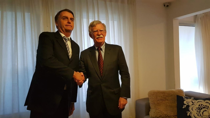 Bolton (d) deve pedir para que o Brasil imponha sanções à Venezuela