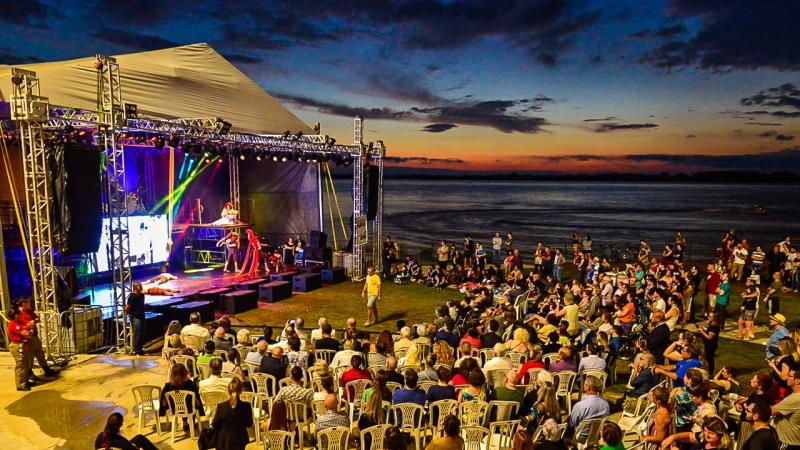 Espetáculo foi apresentado na sexta e atraiu público para a orla do Guaíba