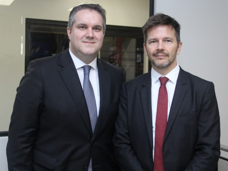 Presidente do IET, Pedro Adamy, com o homenageado, desembargador Leandro Paulsen