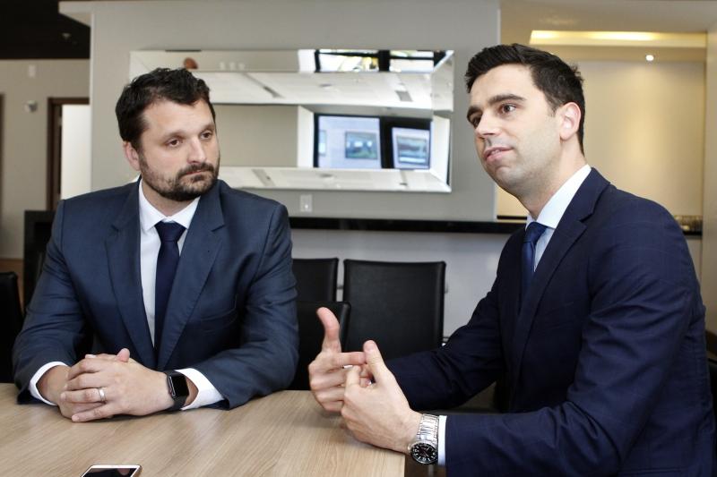 Chiapinotto (E) e Martines explicam que mudanças na contabilidade afetam os impostos das empresas