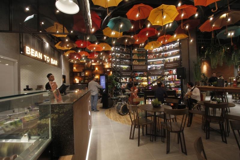87d96f9cd4 A megastore da Cacau Show tem espaço com piano e café  experiência  completa. CRÉDITO   MARIANA CARLESSO JC