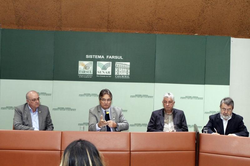 Presidente da Farsul, Gedeão Pereira (c) destaca que China garante a demanda pela soja